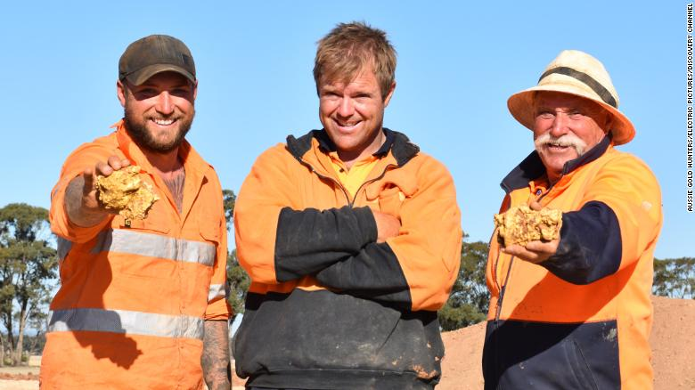 200820141131-03-aussie-gold-hunters-nuggets-discovery-exlarge-169